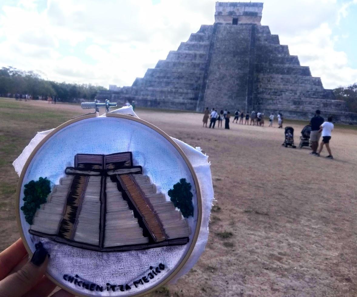 la pirámide maya de Chichen Itzá bordada a mano